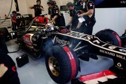 The team prepare for Kimi Raikkonen, Lotus E21 Renault to leave the garage.