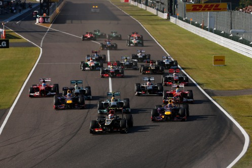 Romain Grosjean, Lotus E21 Renault, leads the field towards the first corner.
