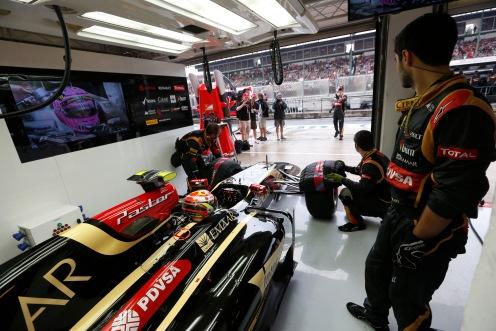 Pastor Maldonado, Lotus E22 Renault, in the garage.