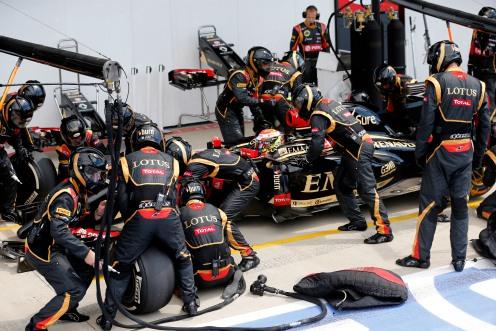 Pastor Maldonado, Lotus E22 Renault, makes a pit stop.